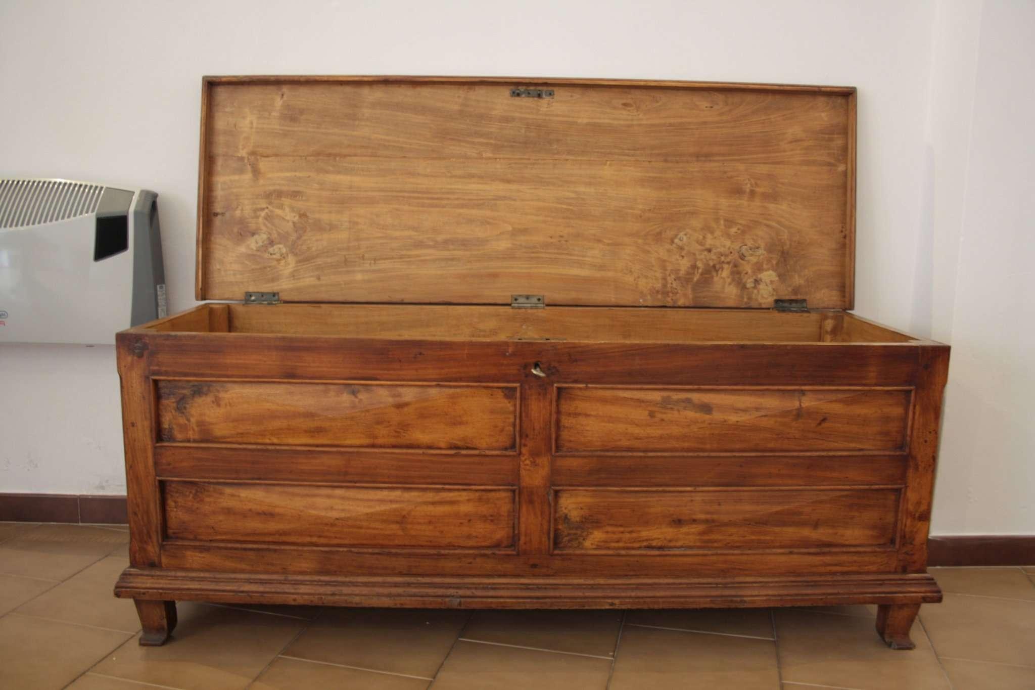 Immagini del restauro di una cassapanca in legno di pioppo inizi novecento