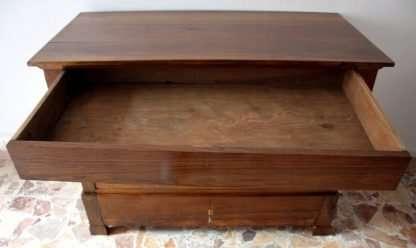 Comò Luigi Filippo in massello di noce, lavorazione artigianale, Cilento, Italia meridionale, XIX secolo