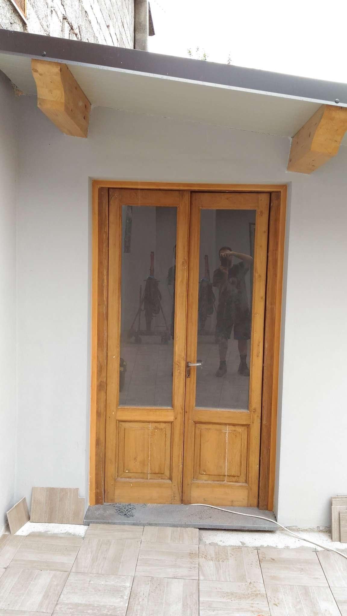 Ristrutturazione di un infisso ed una porta in legno di castagno - Ristrutturazione mobili legno ...